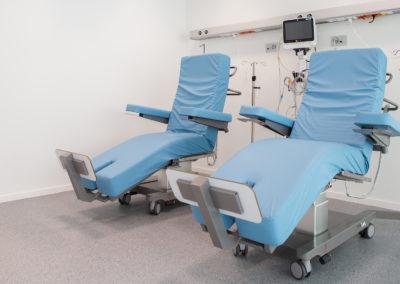 deux chaises médicales avec des appareils médicaux en arrière plan