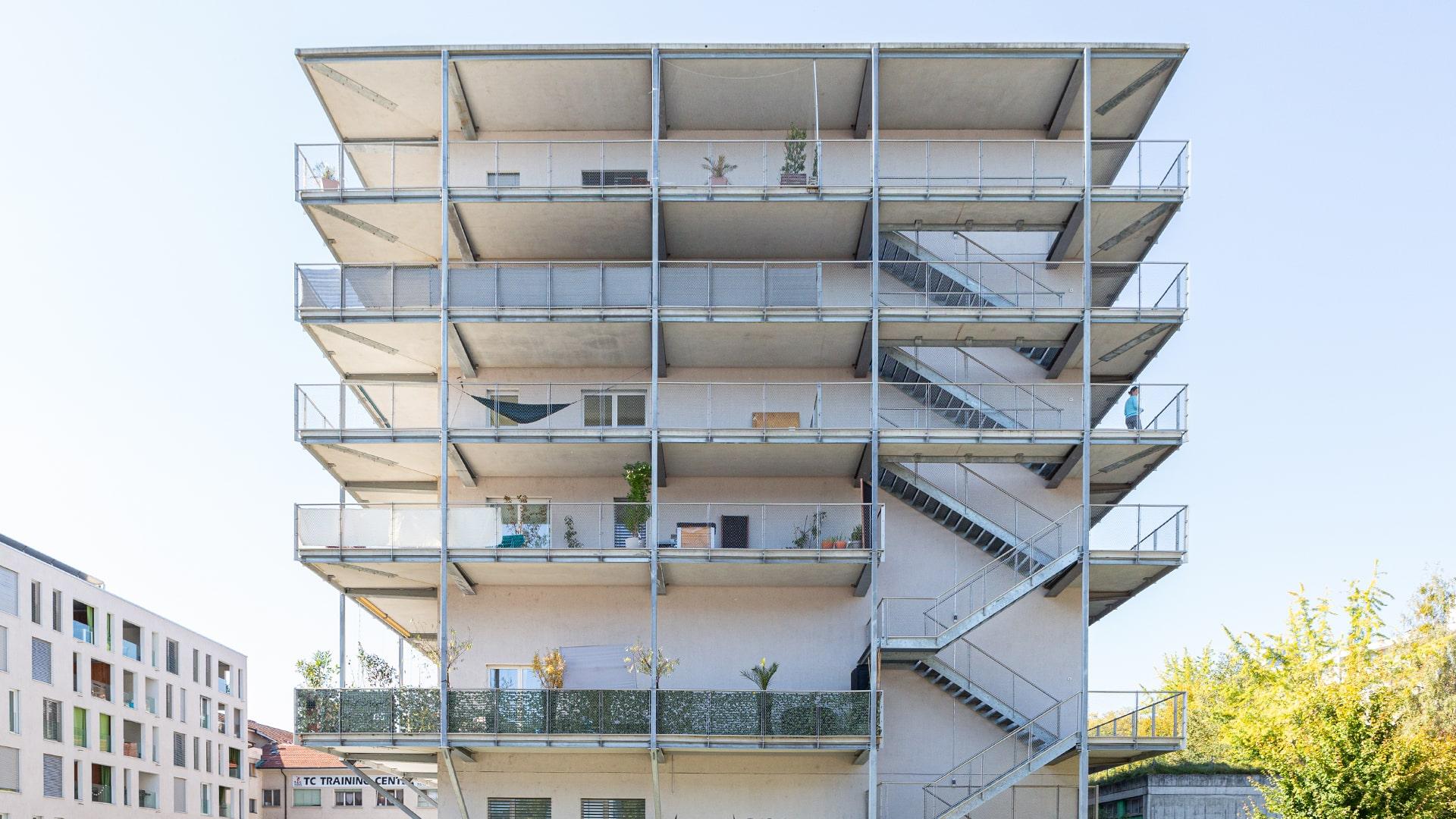 Bâtiment blanc à six étages du Centre médico-chirurgical Fribourg